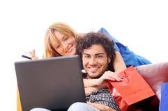 Glückliches Einkaufen online Stockfotografie
