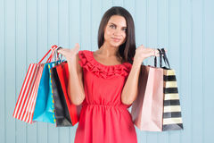 Glückliches Einkaufen, Verkauf Schöne Frau mit vielen Einkaufenbeuteln Lizenzfreies Stockbild