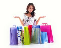 Glückliches Einkaufsmädchen stockfotos