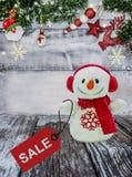 Glückliches Einkaufenmädchen auf weißem Hintergrund Lizenzfreies Stockbild