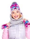 Glückliches erwachsenes Mädchen im Winter kleidet mit hellen positiven Gefühlen lizenzfreie stockbilder