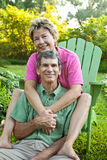 Glückliches fälliges Paar-Umarmen lizenzfreie stockfotografie