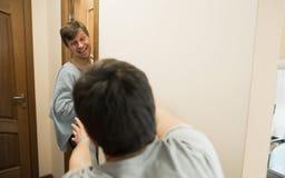 Glückliches Familie mormimg Konzept Aufwachen des Bildes lizenzfreies stockfoto
