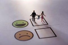 Glückliches Familien-Kunden-Konzept Geschenk durch Miniaturzahl von Fa Lizenzfreie Stockfotos