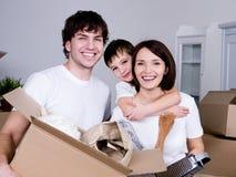 Glückliches Familienbewegen stockfotos