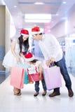 Glückliches Familieneinkaufen für Weihnachten Stockbilder