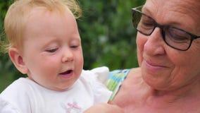 Glückliches Familienkonzept Frau und Kind Älter und jünger Schöne Damen