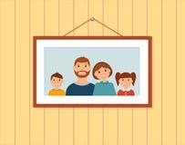 Glückliches Familienporträt auf der Wand lizenzfreie abbildung