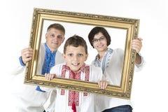 Glückliches Familienporträt in der nationalen Kleidung stockfoto