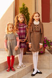 Glückliches Familienportrait mit drei Schwestern im Freien lizenzfreie stockfotos