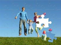Glückliches Familienpuzzlespiel lizenzfreie stockbilder