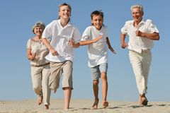 Glückliches Familienspielen stockfoto