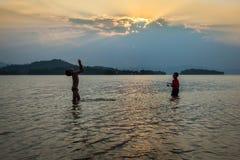 Glückliches Fischen und Spiel des Kind zwei zusammen Stockfoto