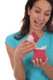 Glückliches Frauen-Öffnungs-Geschenk Lizenzfreie Stockbilder