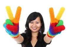 Glückliches Frauen-Friedenszeichen Stockfotografie