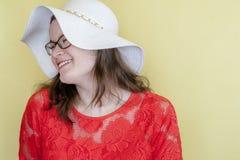 Glückliches Frauen-Modell auf hellem gelbem Hintergrund mit Kopien-Raum Stockfoto