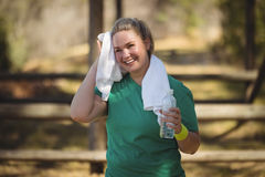 Glückliches Frauenabwischen geschwitzt mit Tuch nach Training Lizenzfreie Stockfotografie