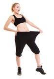Glückliches Frauendarstellen, wie viel Gewicht sie verlor, große Hosen Lizenzfreies Stockfoto