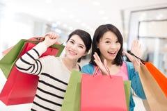 Glückliches Fraueneinkaufen Stockfotografie