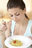 Glückliches Frauenessen spagetti Stockfoto