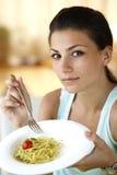 Glückliches Frauenessen spagetti Stockfotos