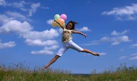 Glückliches Frauenflugwesen mit bunten Ballonen lizenzfreies stockfoto