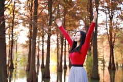Glückliches Frauengefühl der Freiheit frei in einer Herbstnaturluft lizenzfreie stockfotografie