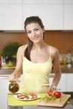 Glückliches Frauenkochen Lizenzfreie Stockbilder