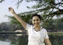 Glückliches Frauenlächeln sorglos und froh im Park Stockfoto