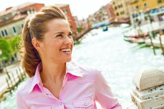 Glückliches Frauenlächeln, untersuchend Abstand auf Brücke in Venedig Stockfotos