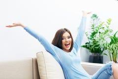 Glückliches Frauenportrait Emotionales Mädchen Lizenzfreie Stockfotografie