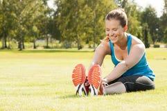Glückliches Frauenrüttlertraining im Park. Gesunder Lebensstil und P Stockbild
