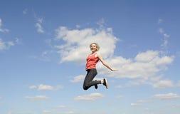 Glückliches Frauenspringen Lizenzfreie Stockbilder