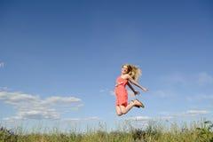Glückliches Frauenspringen Stockfotos