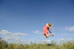 Glückliches Frauenspringen Stockbilder