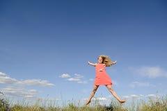 Glückliches Frauenspringen Stockfoto