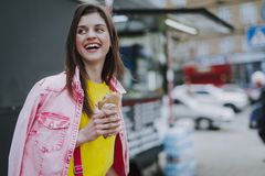 Glückliches Fraugehen im Freien mit Würstchen stockbilder