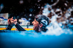 Glückliches Freediver, welches das Succes seines ersten Platzes und Re feiert Stockfotos