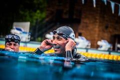 Glückliches Freediver, welches das Succes seines ersten Platzes und Re feiert Stockfotografie