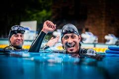 Glückliches Freediver, welches das Succes seines ersten Platzes und Re feiert Stockbild
