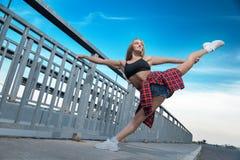Glückliches frohes Mädchen, das Gymnastik tut lizenzfreies stockbild