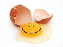 Glückliches gebrochenes Ei Stockfoto