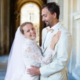 Glückliches gerade verheiratetes Paar in Paris Stockbilder