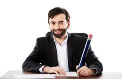Glückliches Geschäftsmannschreiben im Büro Lizenzfreies Stockfoto