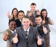 Glückliches Geschäftsteam, das Daumen hochhält Lizenzfreies Stockfoto