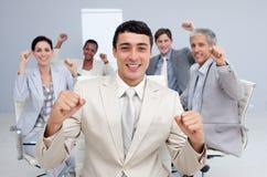 Glückliches Geschäftsteam, das einen Erfolg feiert lizenzfreies stockbild