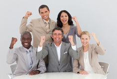 Glückliches Geschäftsteam, das einen Erfolg feiert stockfotografie