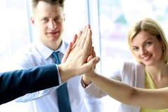Glückliches Geschäftsteam, das Hoch fünf im Büro gibt stockbild