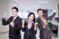 Glückliches Geschäftsteam, das ihren Triumph feiert lizenzfreies stockfoto