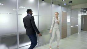 Glückliches Geschäftsteam, das Sieg im Büro feiert stock footage